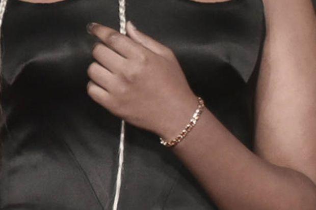 Zahara Jolie-Pitt porte une bracelet de sa propre collection bijoux.