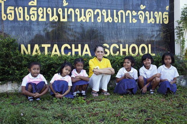 « Elisabeth Zana avec cinq des 60 élèves de son école, fondée grâce à Nat Association, en mémoire de sa fille Natacha, (en médaillon), dont le corps n'a été identifié qu'après neuf mois. Elisabeth a choisi de vivre en Thaïlande. » - Paris Match n°3423, 24 décembre 2014