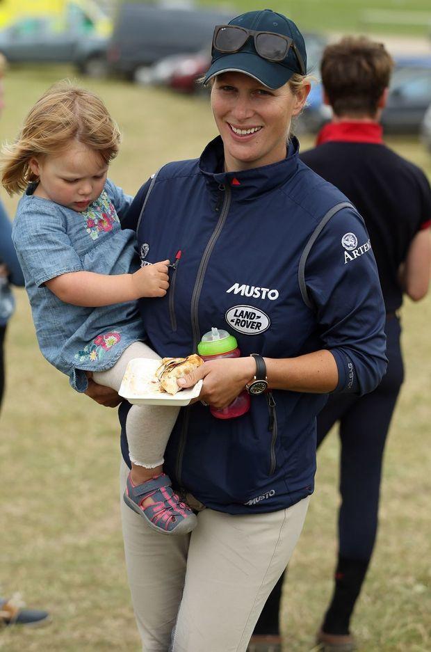 Zara Phillips avec sa fille Mia Grace à Wiltshire, le 8 juillet 2016