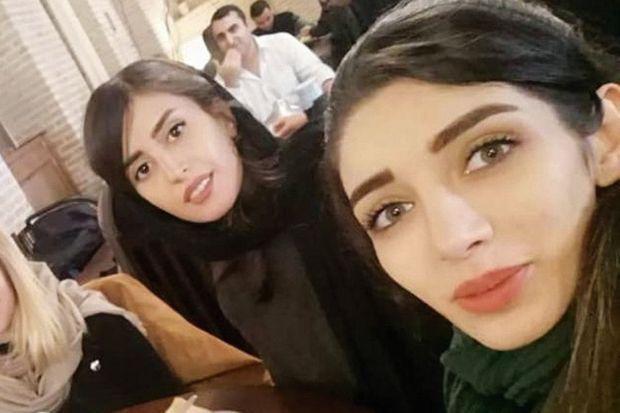 Zeinab et la photographe Forough Alaei (à gauche) dans un café.