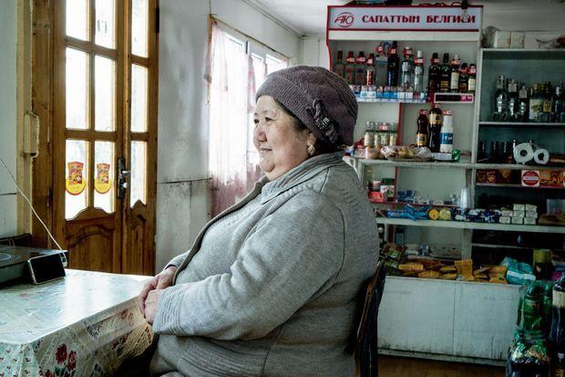 Zeine Alieva, l'épicière, a largement franchi l'âge de la retraite mais travaille pour payer des études à son fils