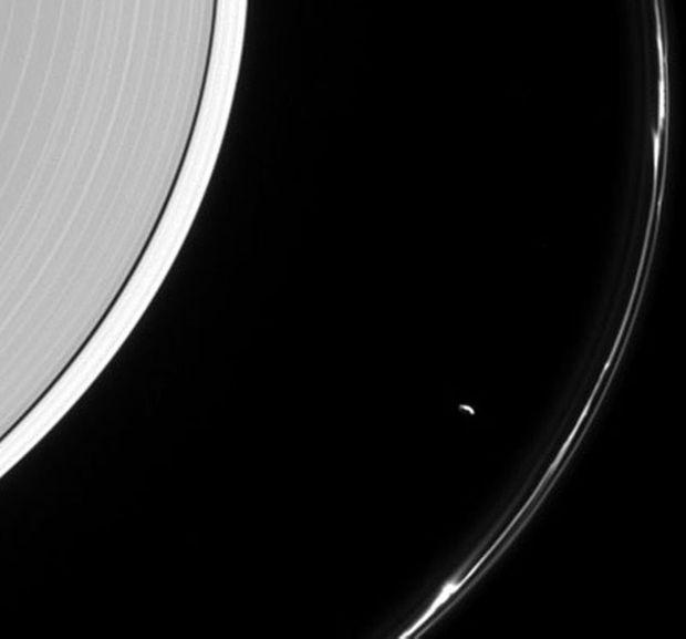 Zoom sur Prométhée qui déforme l'anneau F de Saturne.