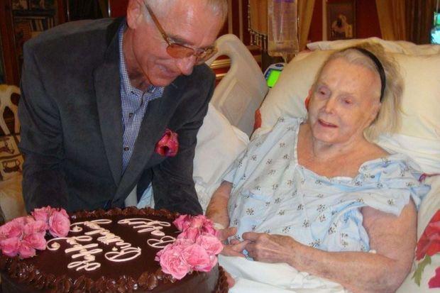 Zsa Zsa Gabor photographiée pour ses 94 ans, en 2011. A ses côtés, son mari Frederic von Anhalt.