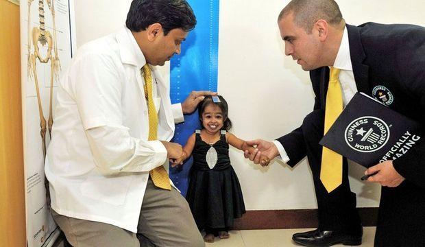 Le 16 décembre 2011, Jyoti Amge a été reconnue «femme la plus petite du monde» par le Livre Guinness des records. Elle mesure 62,8 cm et pèse 5 kilos.