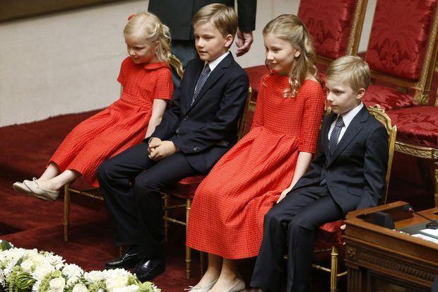 La princesse Elisabeth, au centre, entourée de ses frères les princes Gabriel et Emmanuel, ainsi que de sa soeur, la princesse Éléonore, assiste à la prestation de serment de son père, le roi Philippe de Belgique. Elle est destinée, un jour, à devenir reine elle-même.