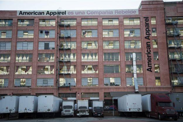 """Le siège d'American Apparel à Los Angeles, en 2014. Une bannière proclame fièrement : """"American Apparel est une entreprise rebelle""""."""