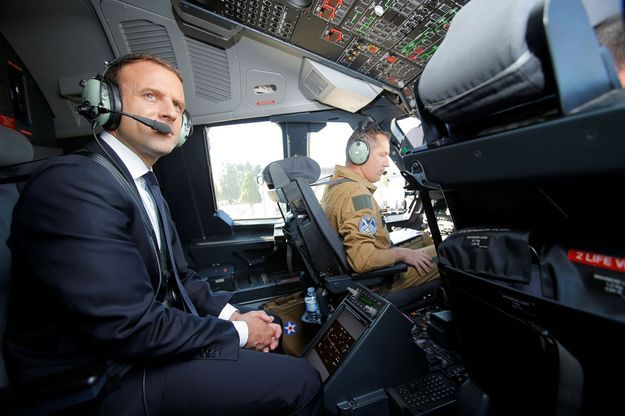 Emmanuel Macron à bord du cockpit d'un Airbus A400M, en juin dernier.