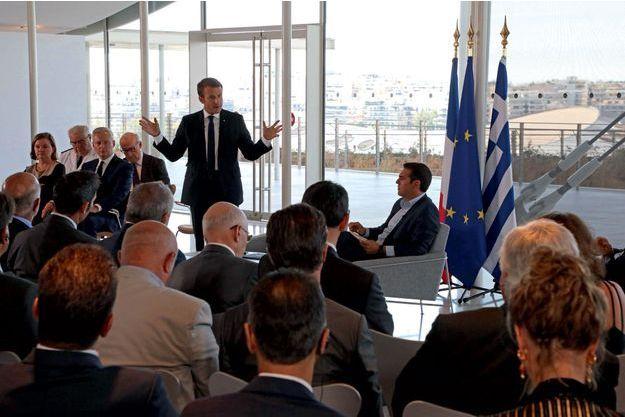 Le 8 septembre, à la fondation Stavros Niarchos, à Athènes, Emmanuel Macron, aux côtés du Premier ministre grec Alexis Tsipras, s'adresse à cent quarante patrons français et grecs.
