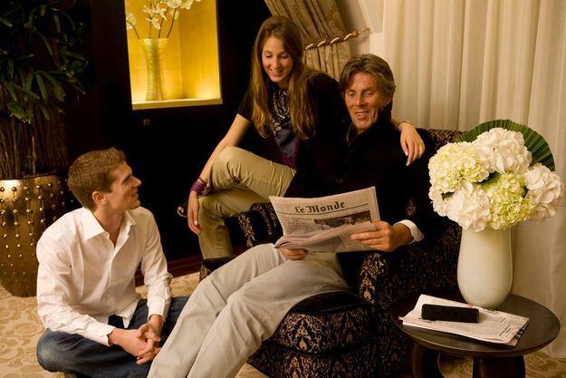 Le salon familial. Dominique Desseigne et ses enfants, Joy, 18 ans, et Alexandre, 21 ans, nous reçoivent dans la suite présidentielle de l'hôtel Fouquet's Barrière, sur les Champs-Elysées, à Paris.