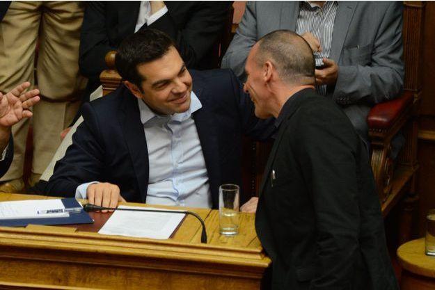 Alexis Tsipras et Yanis Varoufakis au parlement grec, le 27 juin.