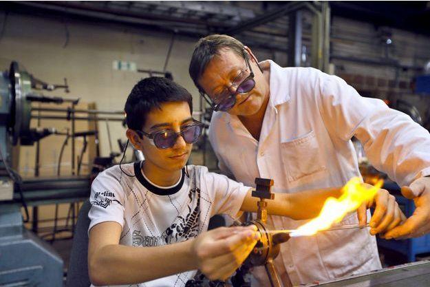 Un employé accompagne un apprenti dans une verrerie à Jointville-le-Pont, en 2012. (photo d'illustration)