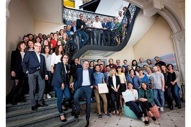 Nathalie Balla et Eric Courteille (au bas de l'escalier),  entourés de salariés actionnaires de l'entreprise.