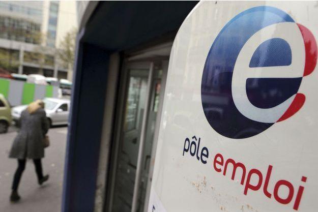 Devant une agence Pôle Emploi, à Paris, fin octobre.