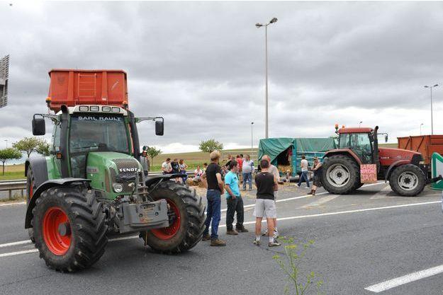 Des agriculteurs bloquent l'A84, près de Caen, en Normandie, lundi.