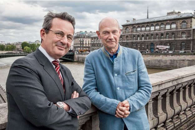 Le 9 mai, à Paris, Jean-Christophe Fromantin, président d'ExpoFrance 2025, et Pascal Lamy, chargé de superviser cette candidature, posent pour Paris Match.