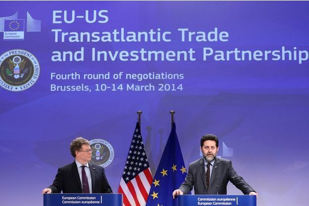 Ignacio Garcia Bercero, négociateur en chef européen pour l'accord de libre-échange et son homologue américain Dan Mullaney (à d.) lors d'une conférence de presse à Bruxelles pour le lancement de la quatrième étape des discussions sur le TAFTA.