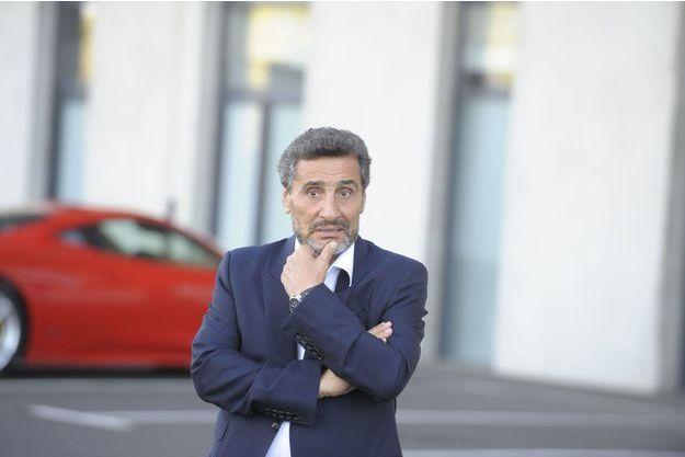 Mohed Altrad sur le parking du stade Yves du Manoir à Montpellier, en août dernier. Derrière lui, sa Ferrari.
