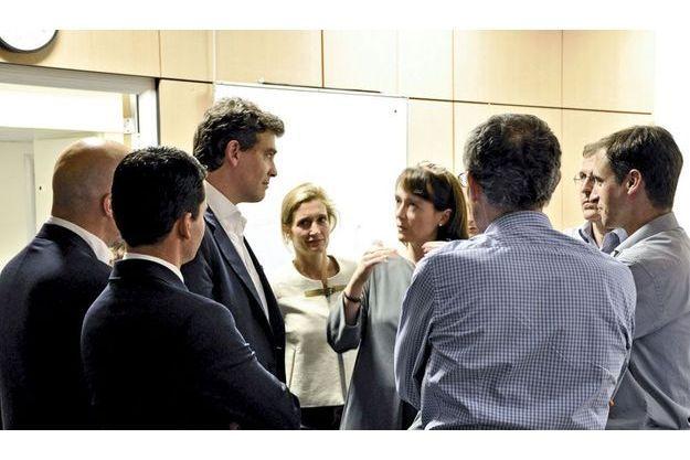 Il est 23h10 le 6 juillet 2012. Arnaud Montebourg, le ministre du Redressement productif, arrive dans la salle de crise au 101 boulevard Brune, à Paris. Les appels et les SMS sont en passe d'être rétablis.