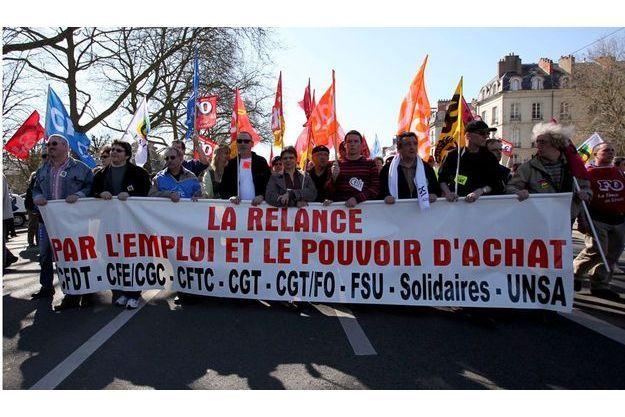 Les Français, comme ici à Nantes le 3 mars, sont inquiets pour leurs emplois et leur pouvoir d'achat.