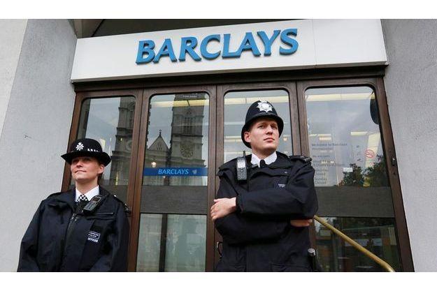 Deux policiers surveillent le siège de Barclays à Londres, le 4 juillet.
