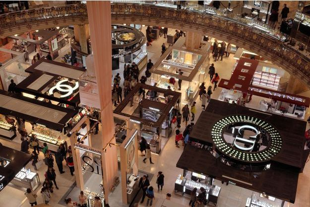 Sous la coupole des Galeries Lafayette, à Paris. Pour ces grands magasins situés en zones touristiques, l'ouverture le dimanche permettra d'attirer une clientèle qui aurait été faire ses achats à Londres ou à Milan.