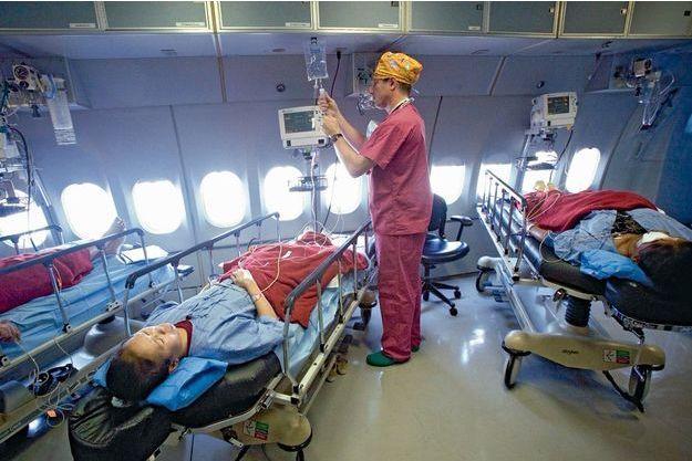 A l'arrière de l'appareil, la salle postopératoire où sont installés troislits et les moniteurs surveillant les signaux vitaux des personnes opérées.