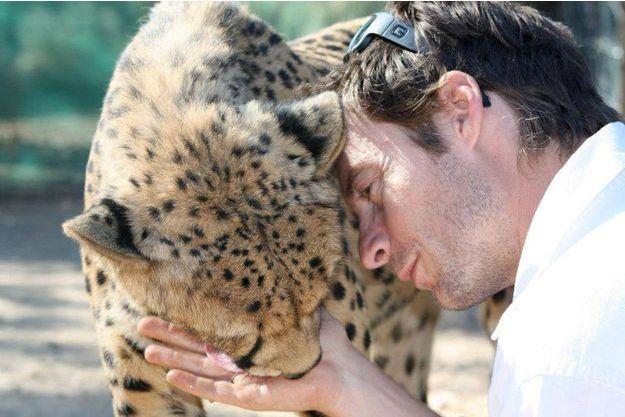 Damien Vergnaud avec un de ses guépards à Inverdoorn