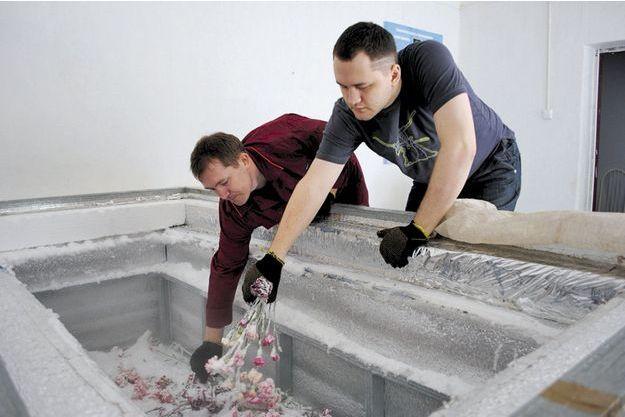 Les préparatifs d'un sarcophage.