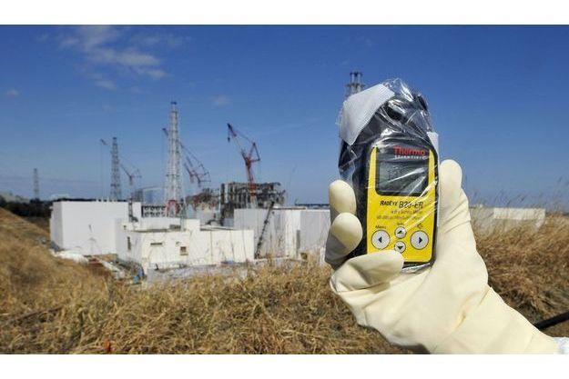 Un détecteur de radiations affiche 131 microsieverts le 28 février, à proximité de la centrale de Fukushima Daiichi. A cet endroit, on reçoit en dix heures la dose annuelle maximale recommandée en France pour la radioactivité artificielle.