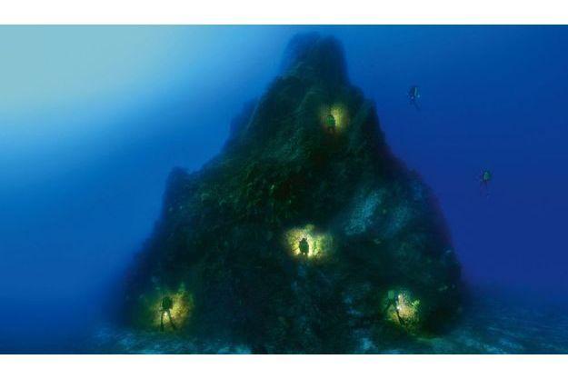 Nord-Est de  la Sardaigne, le Sec des papes Cette pyramide prend appui sur le fond à 48mètres. Son sommet est à 10mètres sous la surface. Posté à 15mètres du titan granitique, Laurent a fait 21 photos, puis les a assemblées. C'est le même plongeur qui se déplace pour orienter l'éclairage, traînant un câble de 25mètres. Ce travail  dans la réserve marine de Tavolara a été effectué dans le cadre du programme « Petites  îles de Méditerranée » mis en œuvre par le Conservatoire du littoral et soutenu par l'Agence de l'eau.