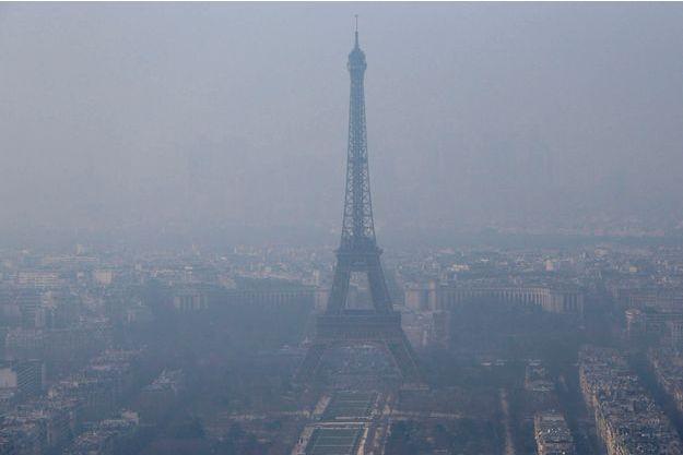 La Tour Eiffel sous la brume.