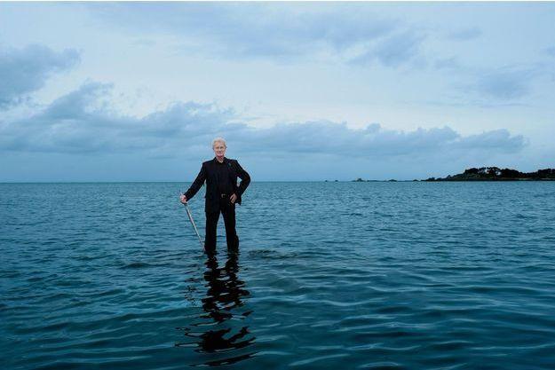 Samedi 27 février 2010, l'architecte Jacques Rougerie, membre de l'Académie des Beaux-Arts, pose les pieds dans l'eau sur un rocher immergé dans la baie de Morlaix, au large de Terenez, pour illustrer son projet de plateforme.