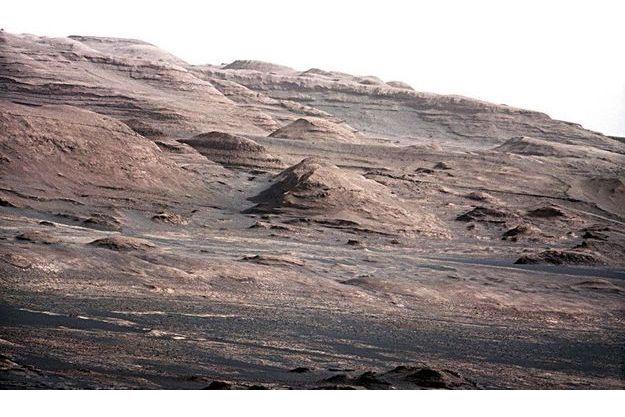 Le cratère Gale dans lequel s'est posé le robot de la Nasa, Curiosity, à 250 mètres du lieu initialement prévu par les scientifiques américains, français et canadiens qui supervisent le projet. Dès son «atterrissage», Curiosity a envoyé d'exceptionnels clichés.