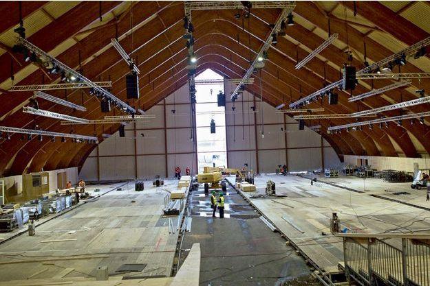 C'est dans cette halle en bois entièrement démontable, encore en construction, que se dérouleront les sessions plénières