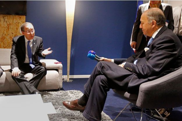 Ban Ki-moon, secrétaire général de l'ONU, avec Laurent Fabius, jeudi matin au Bourget.