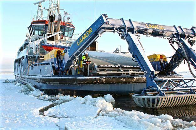 Le brise-glace Ahto qui a fait des tests de nettoyages des eaux glacées.