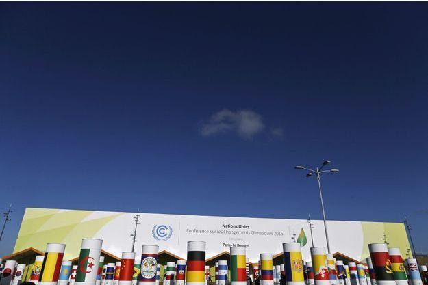 Devant l'entrée du site où se tient la conférence climat, au Bourget.