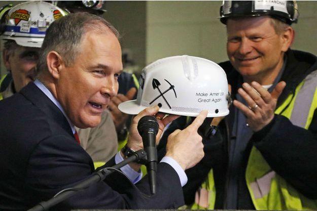 Le ministre de l'Environnement américain, Scott Pruitt, reçoit un casque de mineur à Sycamore, en Pennsylvanie, le 13 avril dernier.