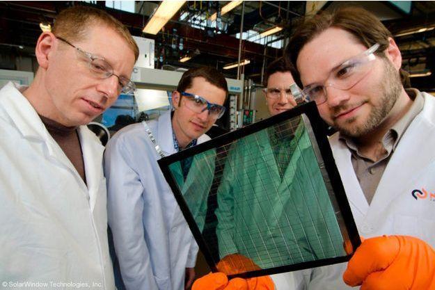 Les ingénieurs travaillent sur la fenêtre SolarWindow.