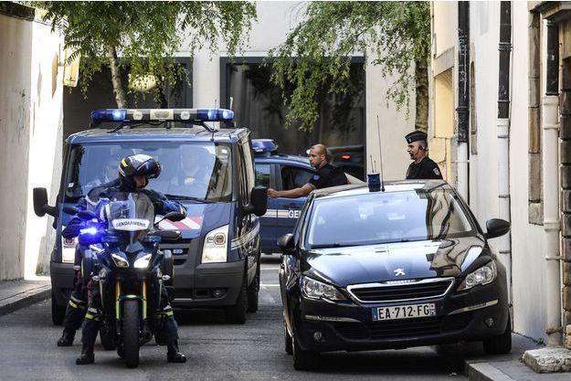 Le convoi transportant les époux Jacob au tribunal de Dijon, le 20 juin.