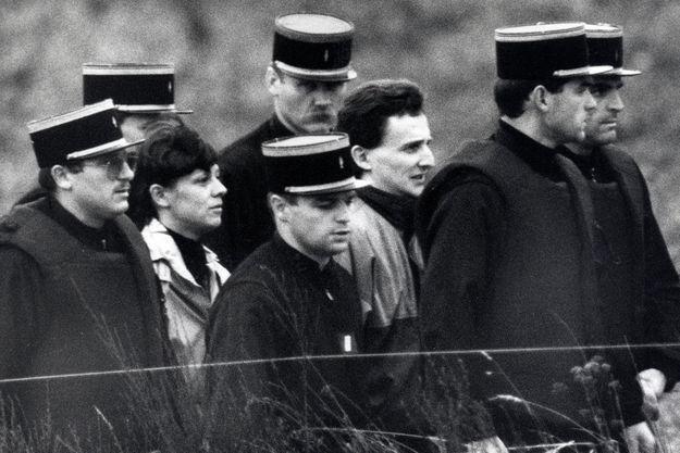 Christine et Jean-Marie Villemin au milieu de gendarmes pendant la reconstitution du meurtre de Grégory.