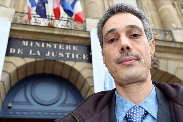 Omar Raddad devant le ministère de la Justice en 2008.
