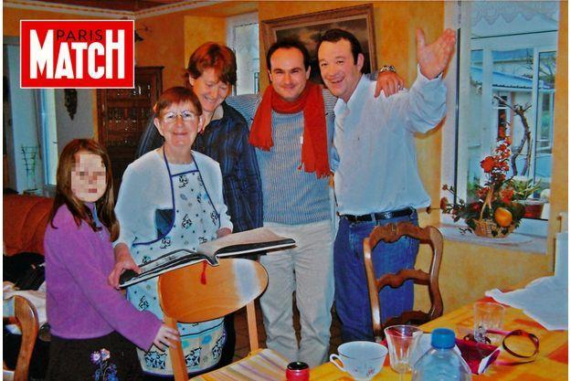Chez Renée Troadec, à Guipavas, dans le Finistère, en 2008. Autour d'elle, sa petite-fille Charlotte, sa belle-fille Brigitte et son fils Pascal qu'Hubert Caouissin, son gendre, avec l'écharpe rouge, tient par le cou.