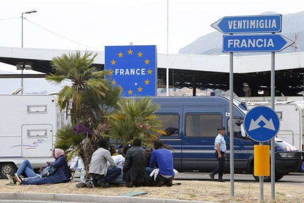 Des migrants à la frontière franco-italienne, non loin de Menton (image d'illustration).