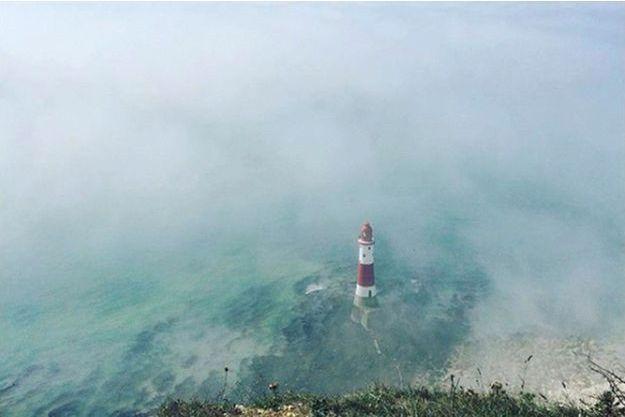 Un phare encerclé par la brume non loin d'Eastbourne, dimanche.