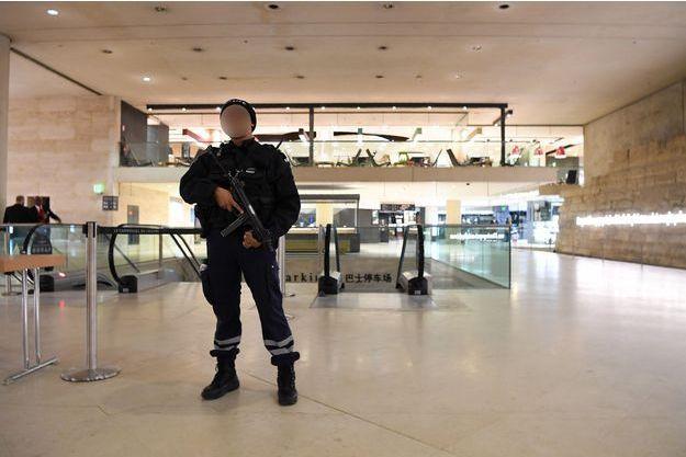 Un policier à l'intérieur du carrousel du Louvre.