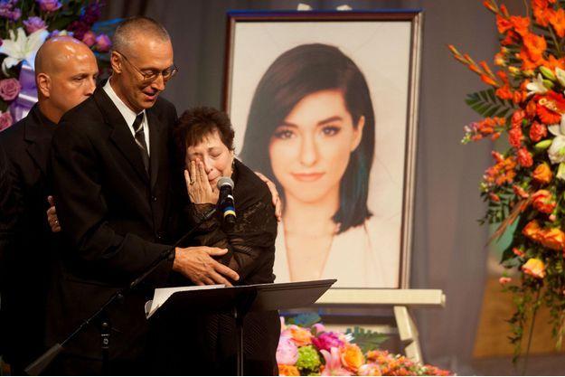 La mère de la chanteuse, effondrée lors d'un hommage rendu à sa fille.