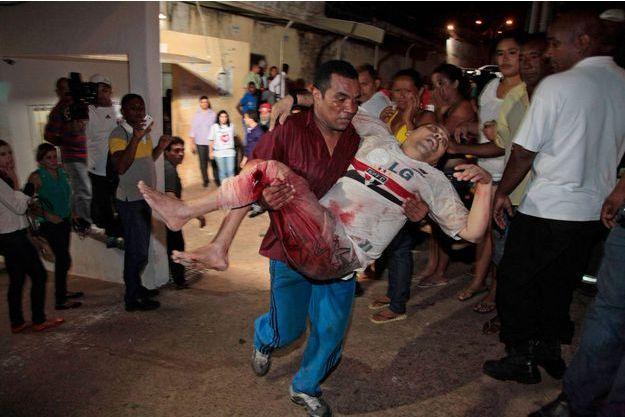 Un prisonnier de Pedrihnas est évacué vers l'hôpital après une violente bagarre, cette semaine.