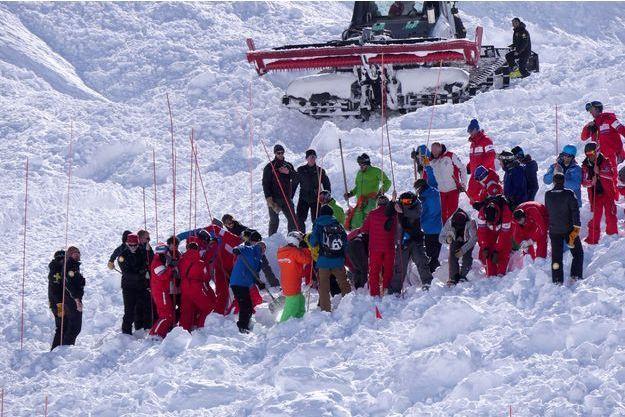 Des secours sur les lieux de l'avalanche du 13 février.