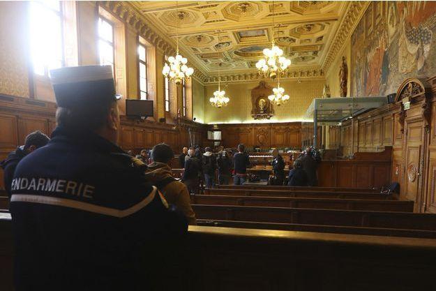 La salle d'audience avant le début du procès de la filière jihadiste dite de Cannes-Torcy, à Paris.
